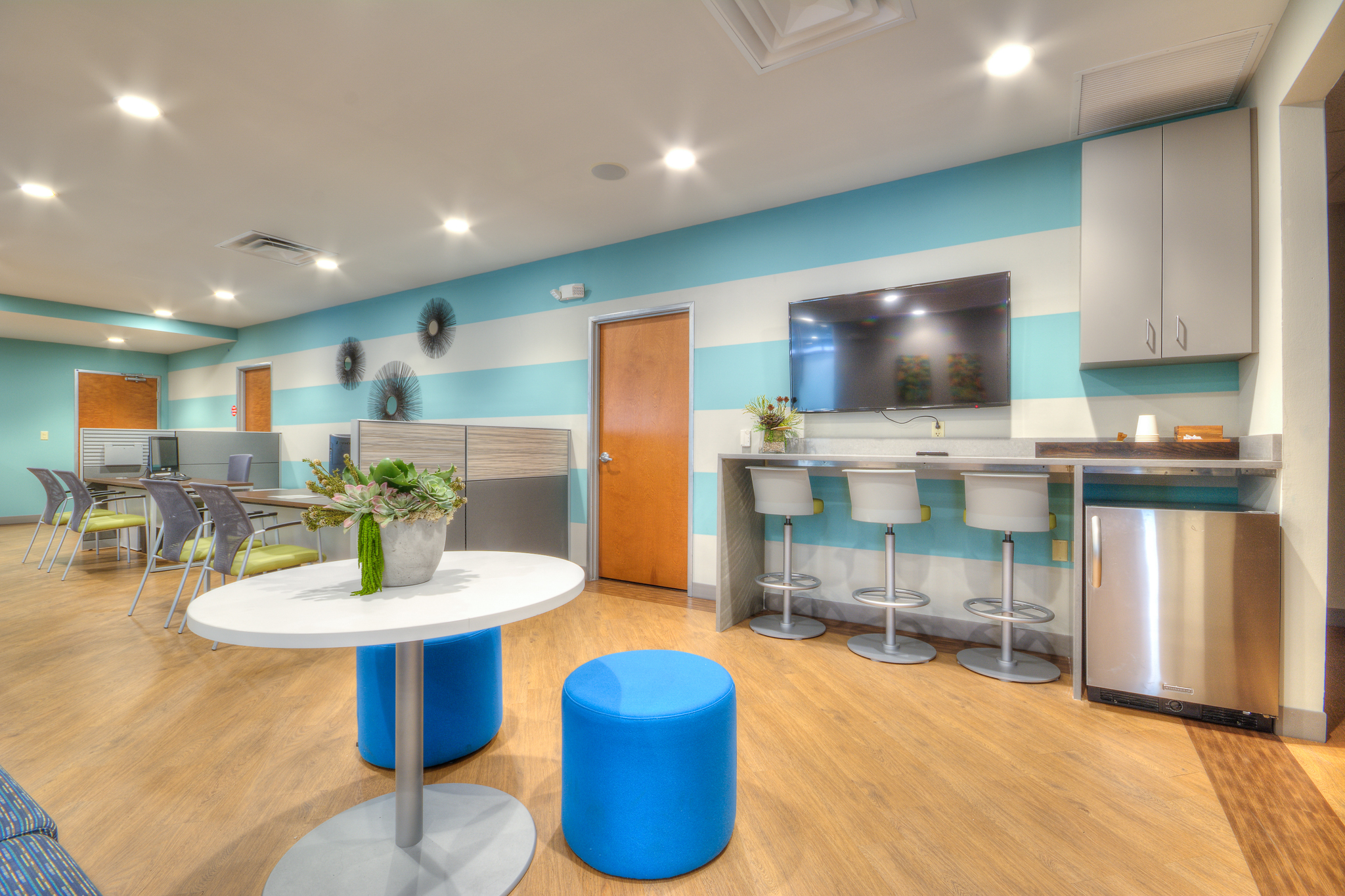 Quarters on campus leasing office michelle thomas design for Leasing office decorating ideas